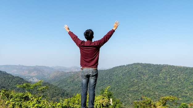 Turistas asiáticos na floresta e montanha relaxante pela manhã. ela se sentiu muito refrescada.