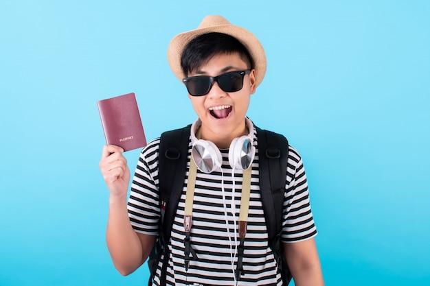Turistas asiáticos segurando passaportes e curtindo férias isoladas em azul
