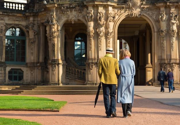 Turistas caminhando perto do antigo edifício europeu.