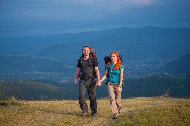 Turistas com mochilas caminhadas na área de montanhas