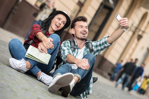 Turistas de casal romântico estão tomando selfie foto se divertindo.