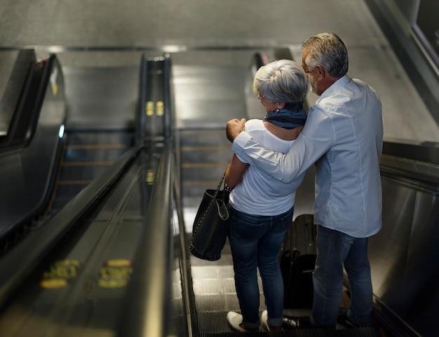 Turistas de casal sênior viajando pela cidade