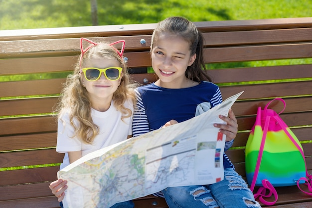 Turistas de crianças ao ar livre retrato.