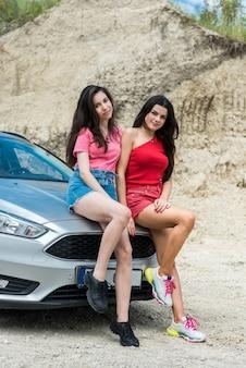 Turistas de duas mulheres desfrutam de viagem no verão. aventura como estilo de vida