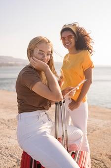 Turistas de tiro médio na praia