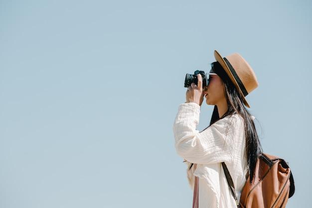 Turistas do sexo feminino que tiram fotos da atmosfera