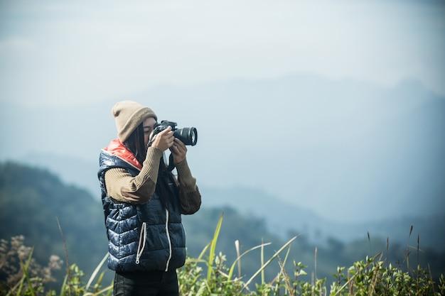 Turistas do sexo feminino tiram fotos