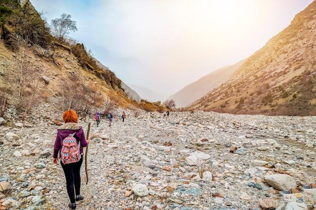 Turistas dos povos do grupo que escalam a caminhada do destino do turismo do curso do cume da montanha da rocha.