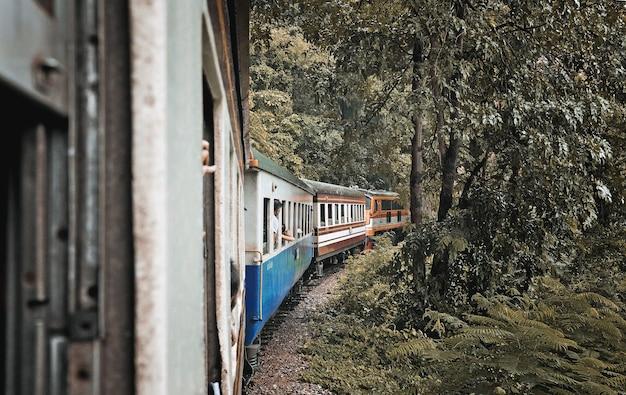 Turistas em um trem para a natureza na província de kanchanaburi, tailândia.