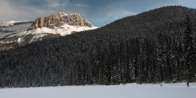 Turistas, esquiando, em, neve coberta, vale, esmeralda, lago, campo, columbia britânica, canadá