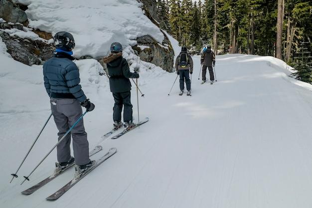 Turistas, esquiando, em, neve coberta, vale, whistler, columbia britânica, canadá