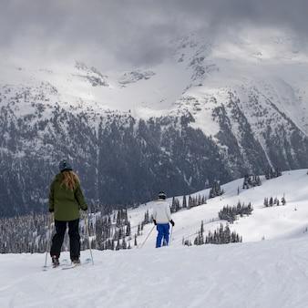 Turistas, esquiando, ligado, neve coberta, montanhas, whistler, columbia britânica, canadá