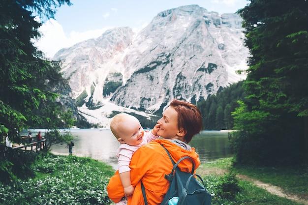 Turistas familiares no lago braies mulher e bebê nas margens do lago di braies nas dolomitas