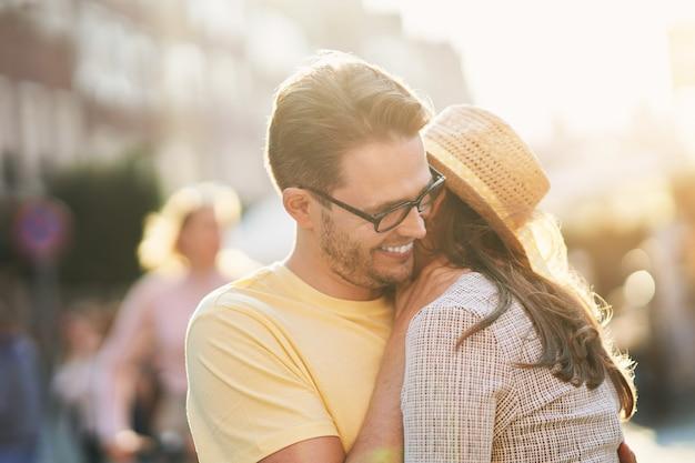 Turistas felizes em passeios turísticos durante as férias de verão