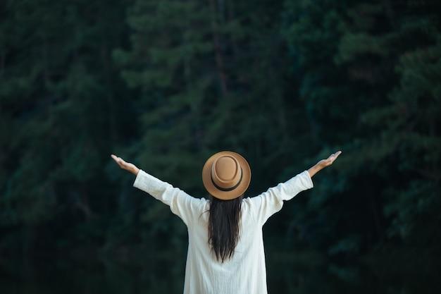 Turistas femininas espalham seus braços e seguram suas asas
