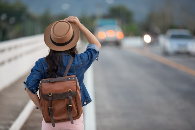 Turistas femininos espalham seus braços