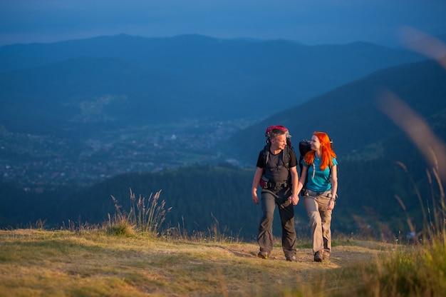 Turistas, homem mulher, com, mochilas, andar, em, a, bonito, montanhas, área