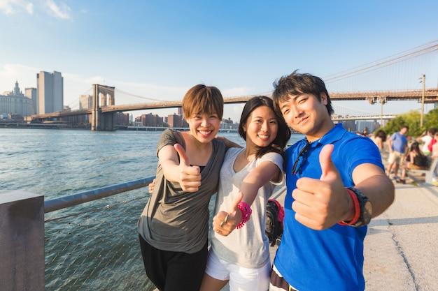 Turistas japoneses felizes em nova york