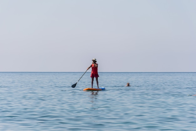 Turistas montenegro budva se dedicam a remar na prancha