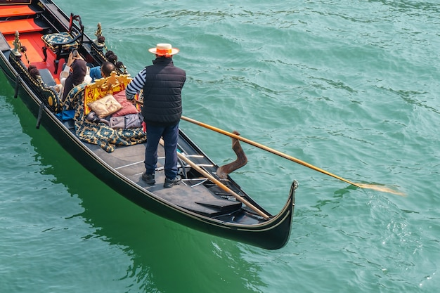 Turistas nas gôndolas no canal de veneza. viagem.