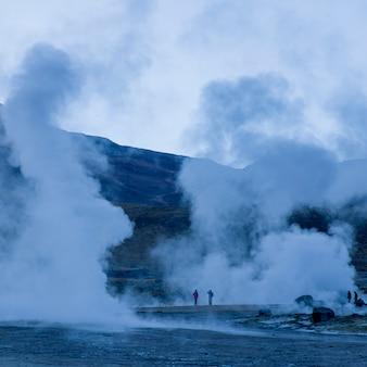 Turistas no gêiser de el tatio, san pedro de atacama, província de el loa, região de antofagasta, chile