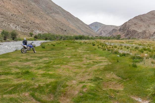 Turistas no meio do oásis verde que brota do solo rochoso das montanhas de altai, mongólia