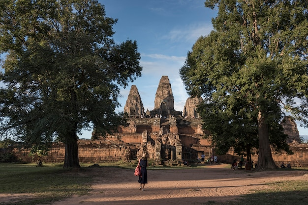 Turistas no templo pre rup, krong siem reap, siem reap, camboja