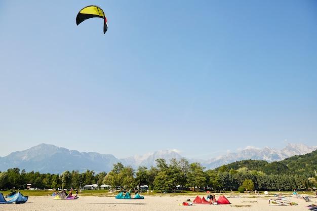 Turistas parasailing perto de montanhas
