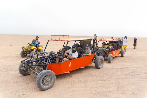 Turistas prontos para correr no deserto