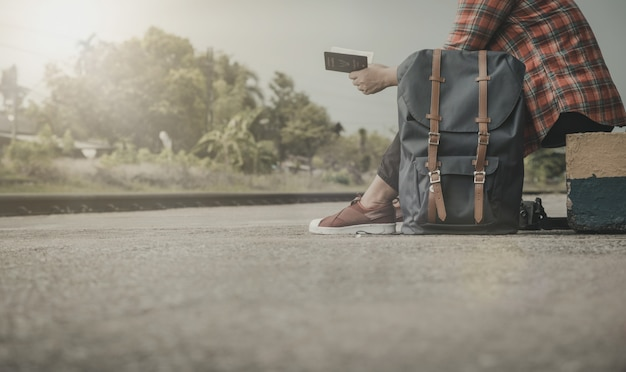 Turistas que viajam em vários lugares. para encontrar a identidade e novos amigos. estilo vintage.