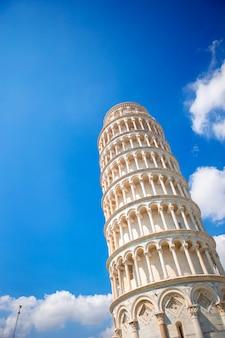 Turistas que visitam a torre inclinada de pisa, itália