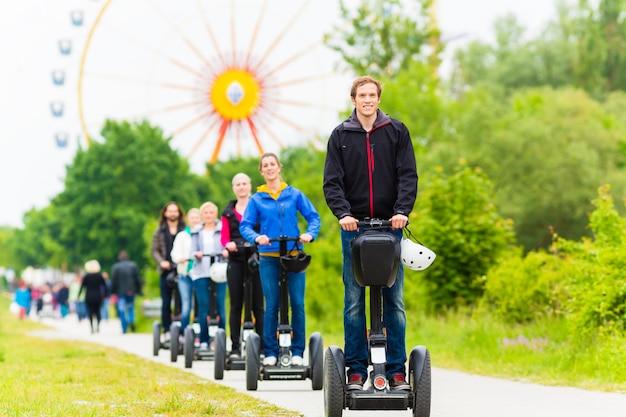 Turistas, tendo, segway, sightseeing