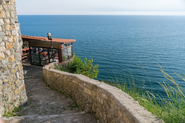 Turistas vieram ao restaurante para jantar durante o pôr do sol.