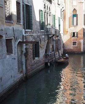 Turistas visitando veneza