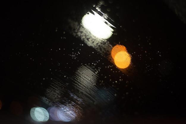 Turva com gotas de chuva e luzes.