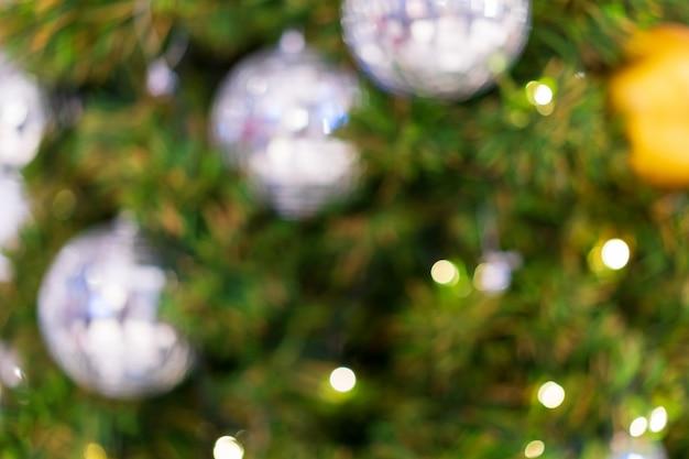 Turva de árvore de natal verde configurar e decorar com bola de prata brilhante x'mas e luz quente