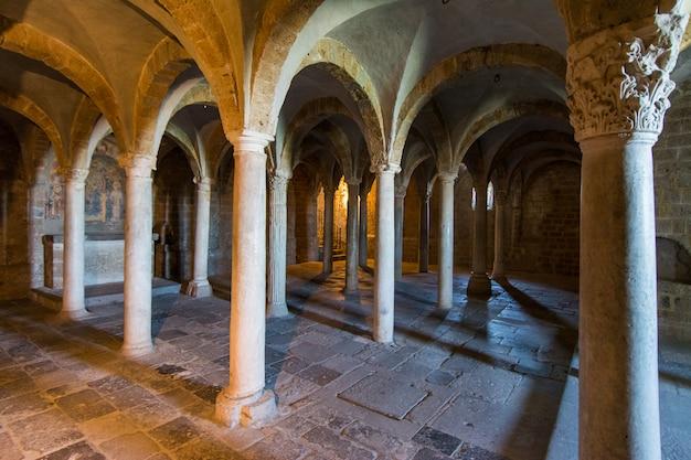 Tuscania, viterbo, itália: cripta da igreja de san pietro