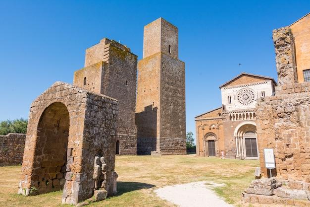 Tuscania, viterbo, itália: exterior da igreja de san pietro