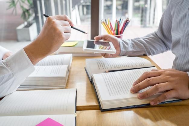 Tutor, aprendizagem, educação, grupo de adolescente aprendendo a estudar nova lição para o conhecimento na biblioteca durante o ensino de educação de amigos a se preparar para o exame, o conceito de adolescentes de amizade no campus da juventude