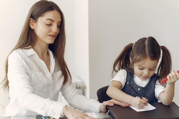 Tutor com litthe menina estudando em casa