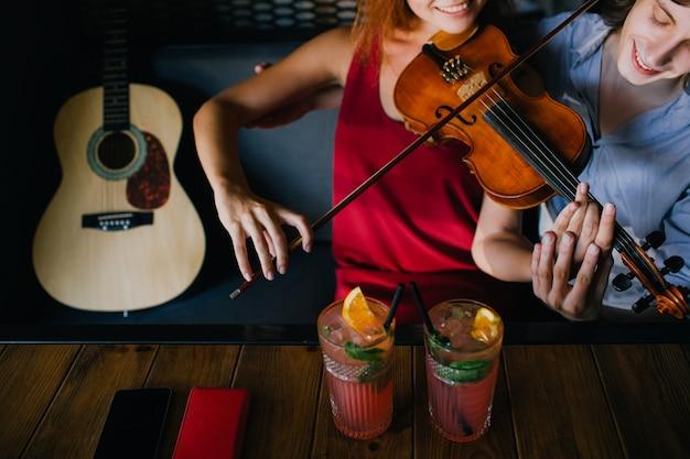 Tutor de instrumentos clássicos compartilhando sua experiência com um músico iniciante. música de violino. ajudar a apoiar o conceito de melhoria da educação