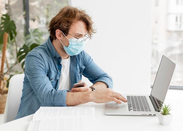 Tutor de vista lateral usando máscara médica