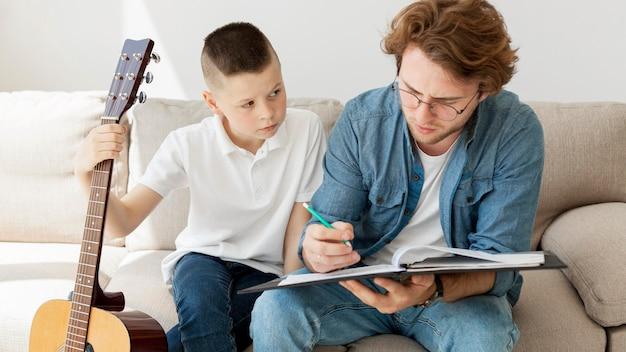 Tutor e menino aprendendo notas musicais