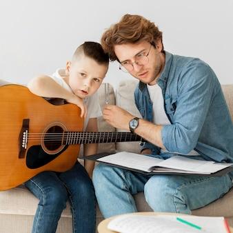 Tutor e menino ouvindo diapasão