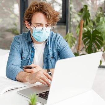 Tutor em casa usando máscara médica