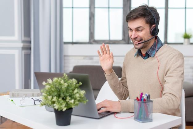 Tutor tecendo seus alunos on-line de sua casa