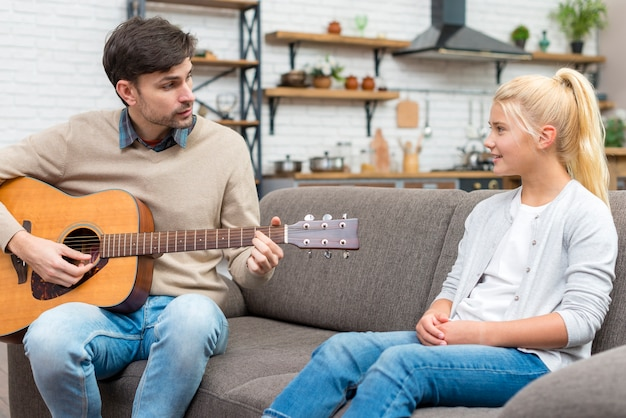 Tutor tocando violão
