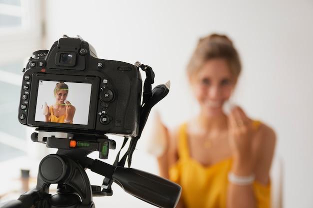 Tutorial de filmagem de mulher de alto ângulo