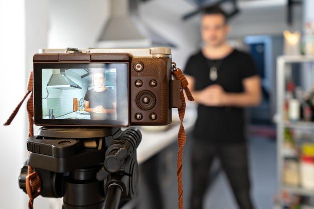 Tutorial de gravação de blogueiro de comida online na frente da câmera