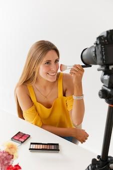 Tutorial de maquiagem com mulher bonita